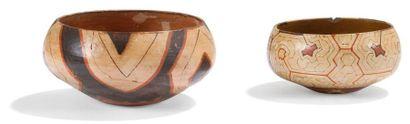 Lot de deux vases cérémoniels à décor géométrique....