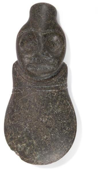 Hache votive anthropomorphe décorée d?une...