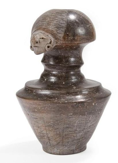 Vase à goulot orné d?un visage humain. Terre...