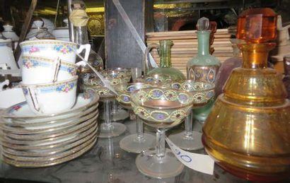Lot important de carafes et vases, une lampe,...
