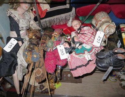 Lot de poupées et marionnettes dont 3 marionnettes...