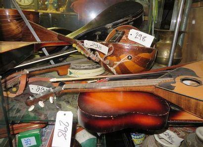 Lot d'intruments de musique comprenant mandolines,...