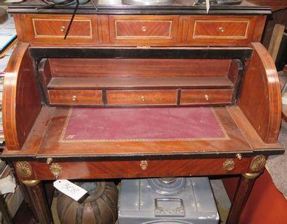 Bureau à cylindre de style Louis XVI.