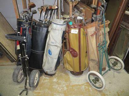 Important lot de clubs de golf, vieux modèles...