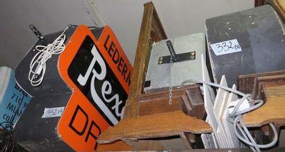 3 enseignes : REXALL, PARKING / COFEE SHOP,...