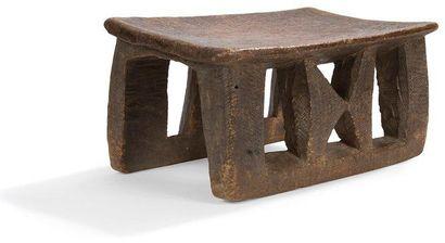 KWELE (Gabon) Tabouret. Bois à patine brune, traces d'outils de taille ancienne....