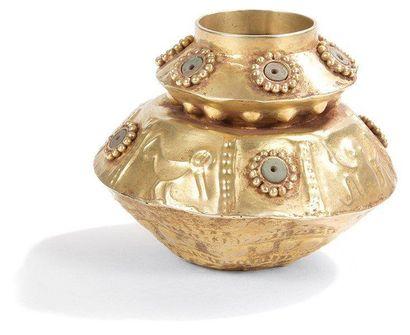 Ensemble de quatre objets en or. Il se compose d'un poporo, de deux labrets et d'une...