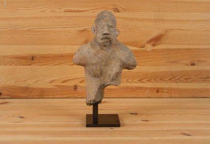 DJENNÉ (Mali) Buste en terre cuite. Personnage hermaphrodite, la partie inférieure,...
