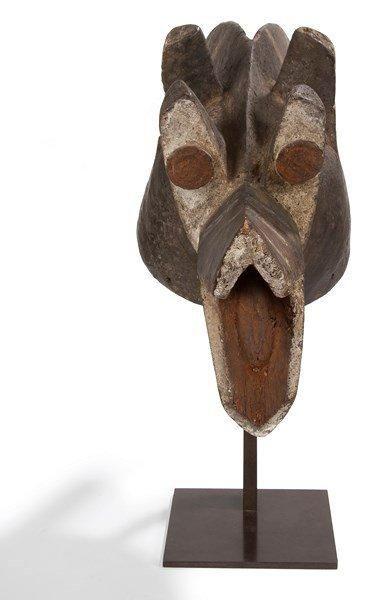 MAMBILA (Nigéria) Masque corbeau. Superbe masque de belle ancienneté, en bois d'Iroko,...