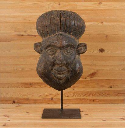 BAMOUM (Cameroun) Masque. Très ancien masque de Prince, la barbe et le chapeau de...