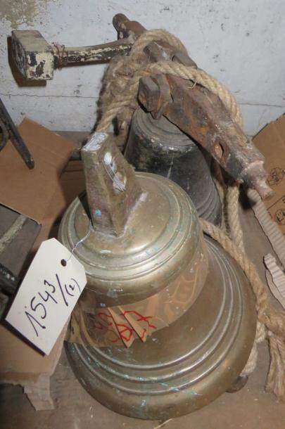 Lot comprenant deux grosses cloches en bronze,...