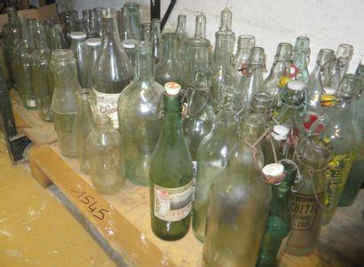 Important lot de bouteilles en verre, contenances...