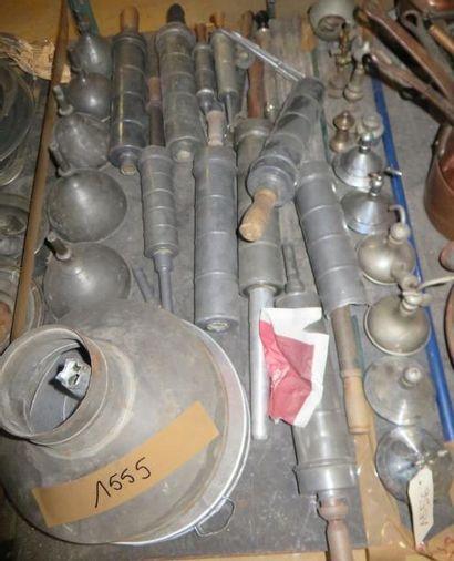 Lot de clystères et entonnoirs en métal....