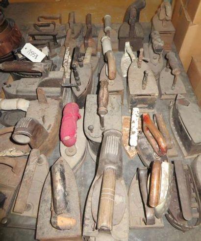 Lot d'une vingtaine de fer à repasser, à...