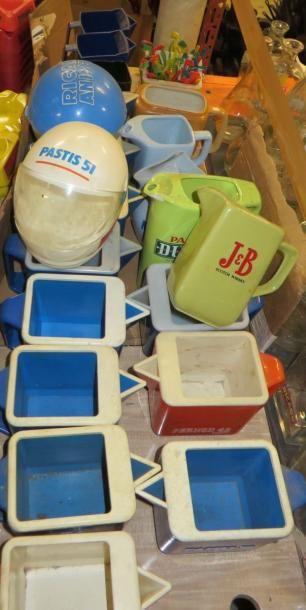 Lot de pichets et bacs à glaçons en plastique...