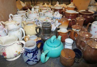 Lot de pots à lait, petites cafetières, théières,...