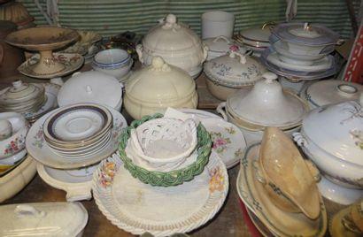 Important lot de porcelaine et faïence comprenant:...