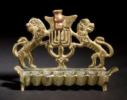 LAMPE DE HANOUCCA Pologne, XIXe siècle. Bronze. Hauteur: 10.2 cm Petite lampe dont...