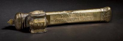 PLUMIER ET SON ENCRIER Empire Ottoman, XIXe siècle. Laiton doré et gravé. 4 x 22...
