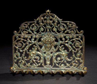 LAMPE DE HANOUCCA Italie, XIXe siècle. Bronze. 18 x 19.8 cm Lampe au dosseret ajouré...