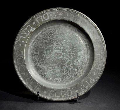 PLAT DE PESSAH Alsace, Obernai, XVIIIe siècle. Étain gravé. Poinçons au dos: poinçon...