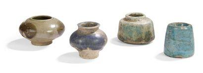 Trois petits vases en céramique monochrome,...