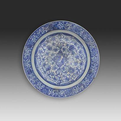 Large plat à décor sinisant, Iran safavide,...