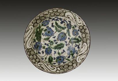 Plat tabak aux fleurs bleues, Turquie ottomane,...