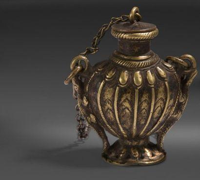 Quatre flacons à onguent en bronze, Tibet,...