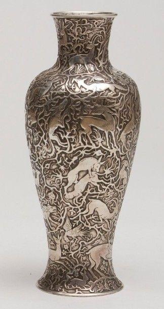 Vase aux animaux en métal, Iran, XXe siècle....