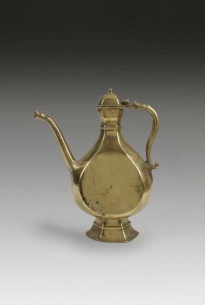 Aiguière en bronze doré, Inde, Decan, XVIIIe...