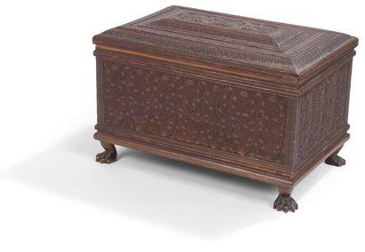 Coffret en bois de santal, Cachemire, fin XIXe siècle. Rectangulaire à charnière,...