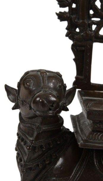 Nandi portant le trône de Civa, en bronze, Inde, Decan, fin XIXe siècle. Sur un...