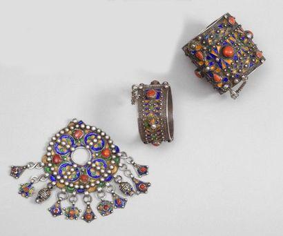 Fibule tabzimt, et deux bracelets, Algèrie,...