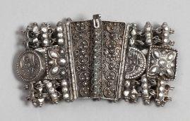 Bracelet, trois fibules et un pendant en argent, Algérie, XXe siècle. Bracelet à...