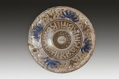 Plat lustré à ombilic, Espagne, Manises, XVIe siècle. Plat creux à ombilic en faïence...