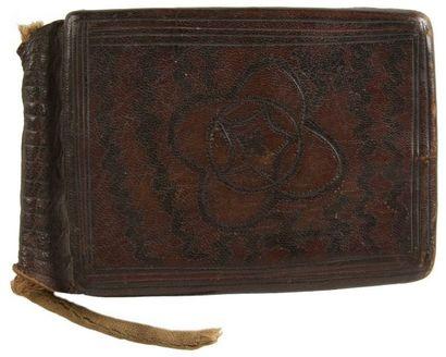 Deux amulettes talismaniques en cuir, hourze,...