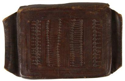 Deux amulettes talismaniques en cuir, hourze, sub-saharien, XIXe siècle. Deux étuis...