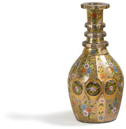 Deux carafes en verre, Iran XXe siècle. Panses ovoïdes à col annelé, sommées d'un...