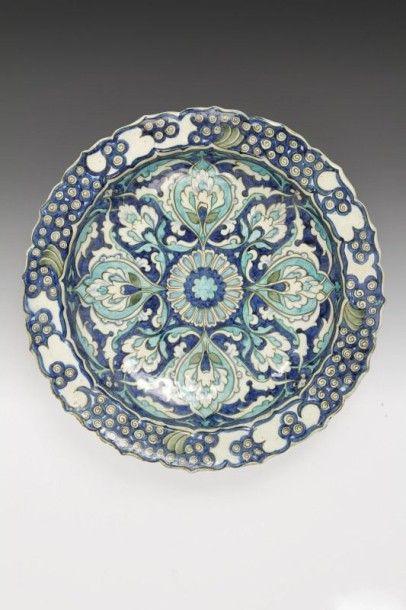LACHENAL Edmond (1855 - 1930) Plat aux lotus en boutons, dans le style d'Iznik, fin...