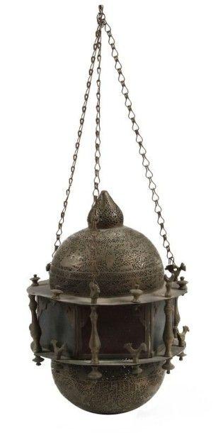 Lanterne, Proche-Orient, fin XIXe siècle. Composée de deux demi-sphères encadrant...