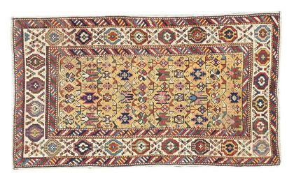 Tapis persan, Chirvan, fin XIXe siècle. Laines polychromes à décor de motifs floraux...