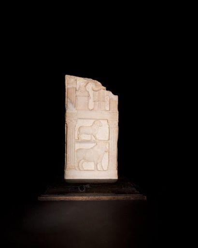 Stèle sculptée de deux tableaux représentant une femme face à un autel et d'un bélier...