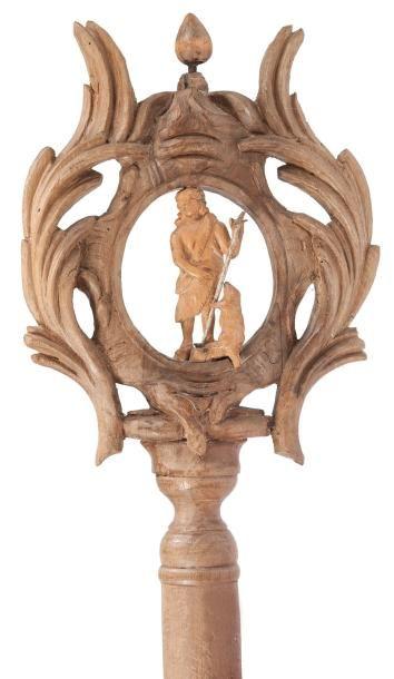 Bâton de procession en bois sculpté représentant saint Jean-Baptiste et l'Agneau...