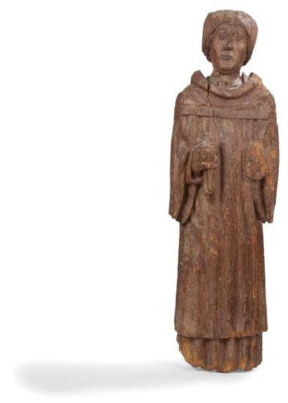 Saint Yves en bois sculpté. Debout, coiffé d'un bonnet, il tient dans sa main droite...