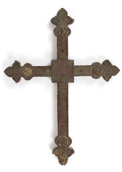 Croix de procession en cuivre estampé et...