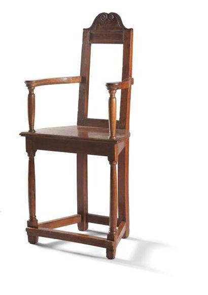 Caquetoire ou fauteuil en talmouse en noyer, siège de forme trapézoïdale, pieds...