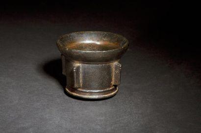 Mortier en bronze à patine noire à quatre ailettes, base moulurée. XVIe siècle....