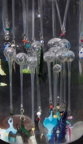 Ludion en verre soufflé avec plus d'une vingtaine d'éléments en verre filé polychrome...