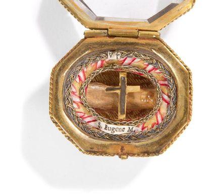 Petite boîte reliquaire en verre taillé et monture en métal gravé et doré, relique...